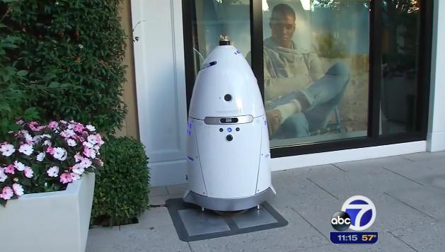 【悲報】重量136kgの自律警備ロボットが生後16か月の子供に突進し連続攻撃 2016年07月16日