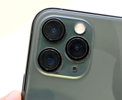 【悲報】iPhone 11 Pro、レンズ周りにホコリがびっしり付着してしまう…