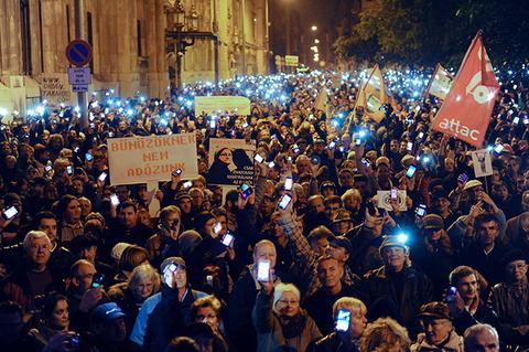 ハンガリーで大規模デモ発生