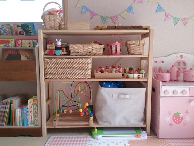 まず、子供部屋のおもちゃ収納と同じく、棚板を1枚追加する予定です。 もともと付属しているのは1枚だけなので。。別売の棚板を1枚追加しています。