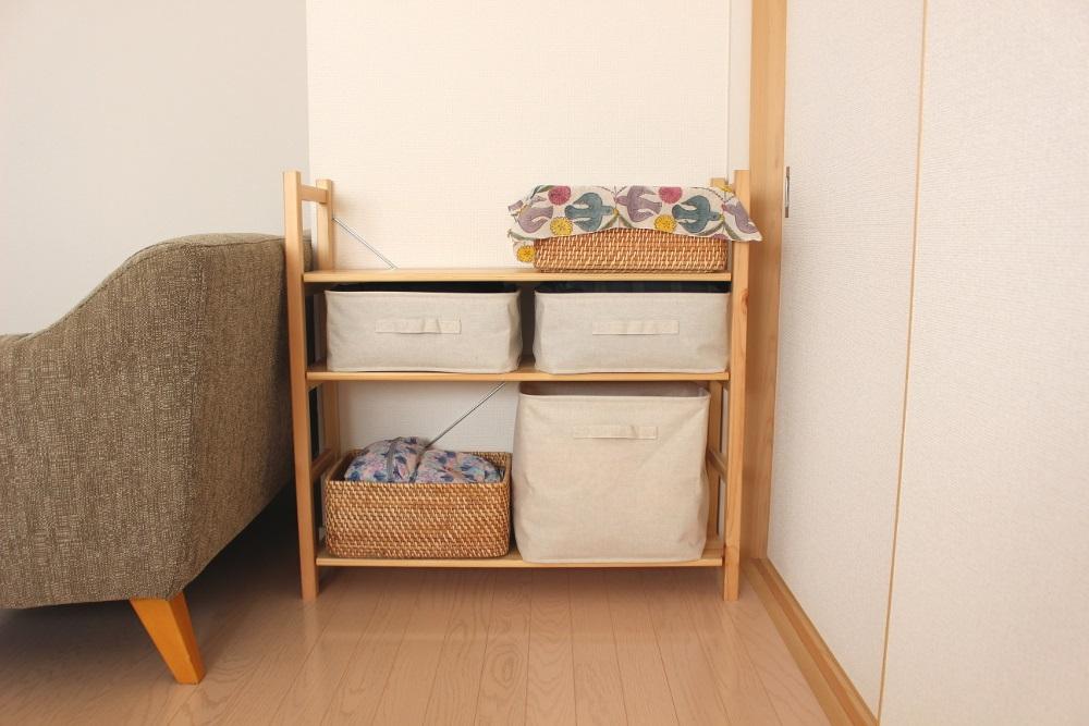 奥に置いているキャビネットが、リビングのメイン収納です(*´∀`)ノ作りつけの収納はないのですが、ここに普段使う生活用品や書類などを、ほとんど収納 しています♪