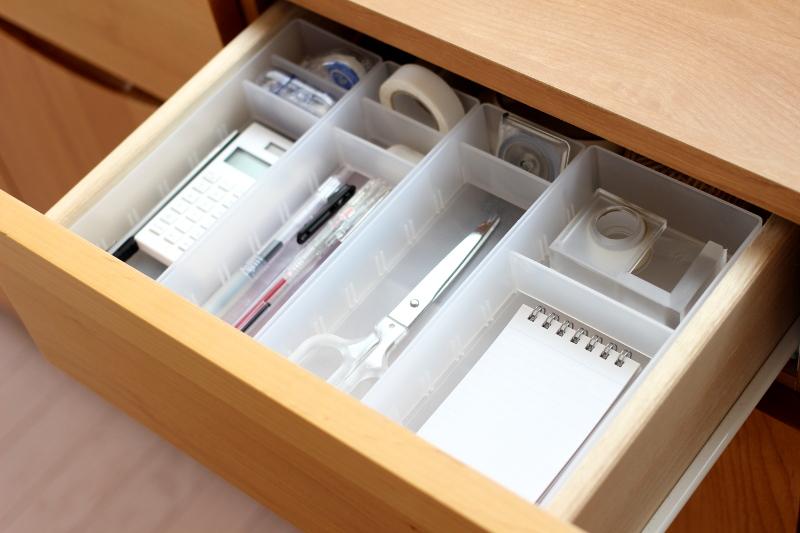 無印の整理トレー×無印の文房具の組み合わせ、さすがジャストなサイズ感!! 電卓もテープのりも、幅ぴったり♪