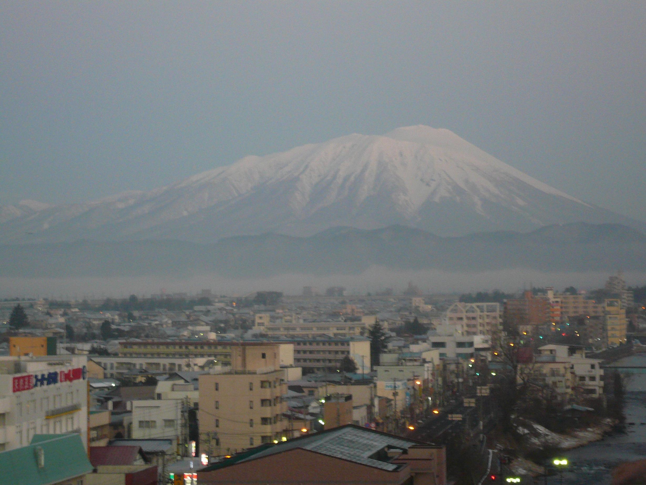 冬の早朝6時の岩手山