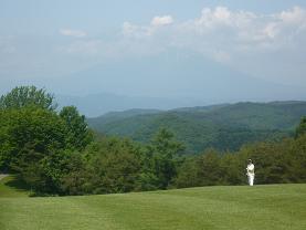 岩手山をバックにゴルフ