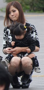 子連れ人妻のガードが緩くなってる股間を激写したパンチラ画像