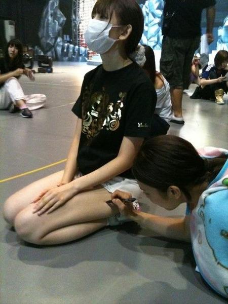 小嶋陽菜、脚に落書き