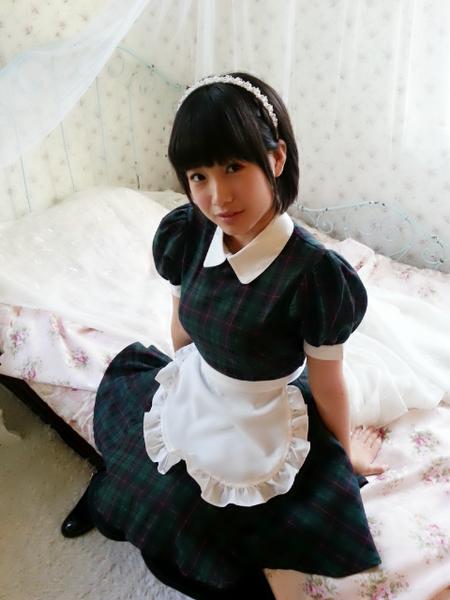 朝長美桜、ベッドの上、メイド服