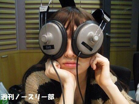 小嶋陽菜、ヘッドホンを目に
