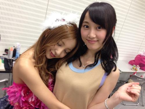松井玲奈に抱きつく板野友美