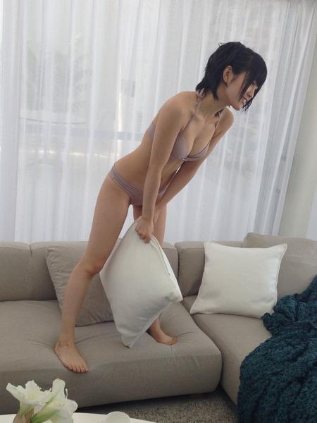 山本彩、クッション、ソファー