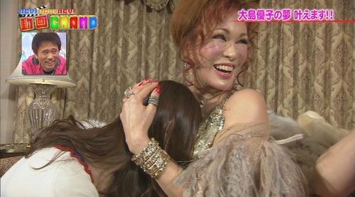 大島優子、叶姉妹の胸に顔をうずめる