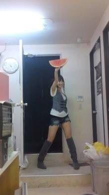 西瓜を掲げる小嶋陽菜