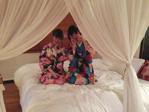 篠田麻里子、小嶋陽菜ベッドの上、和服