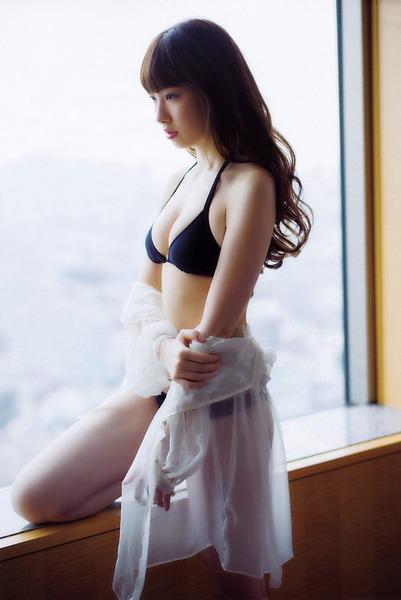 小嶋陽菜、窓辺