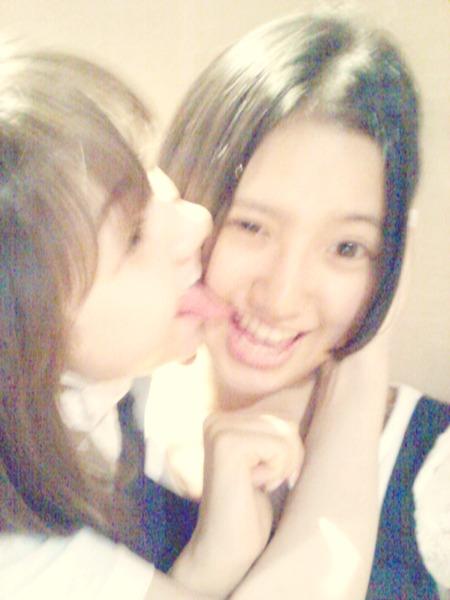 村重杏奈、はるっぴの顔を舐める