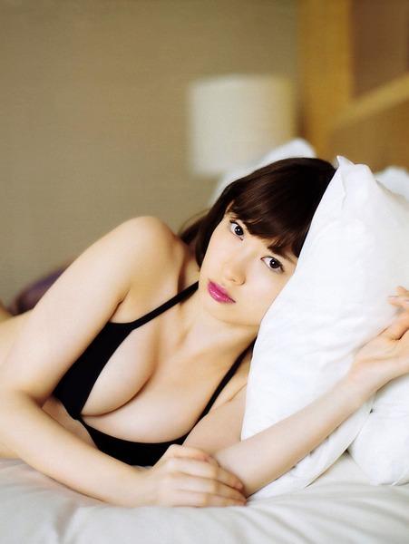 小嶋陽菜、下着黒、ベッドの上