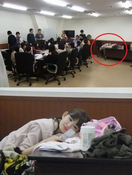 小嶋陽菜、会議の横で携帯をいじる