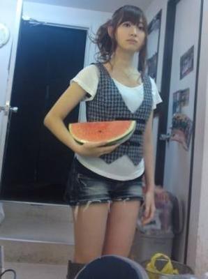 小嶋陽菜、西瓜を抱える