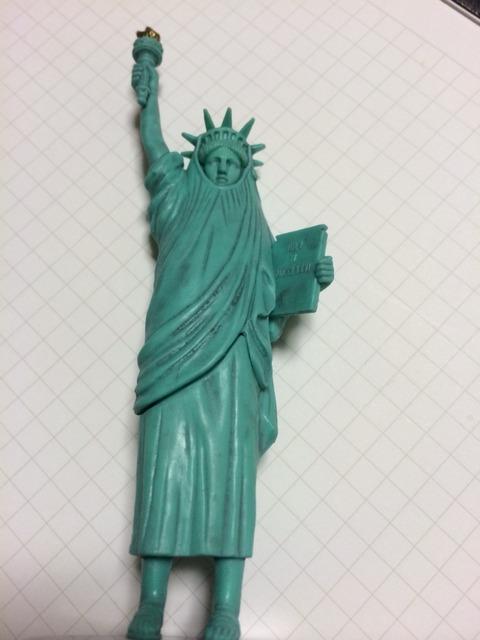 お次はコレかい、アメリカから歩いてきました「自由すぎる女神」