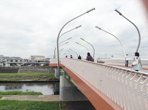 5鶴見川渡る
