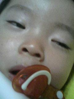 寝てるのょコレ!! ryotan寂しがり屋だから、半目で寝るの★ ぁる意味怖ぃっス( ̄\u2015 ̄ )