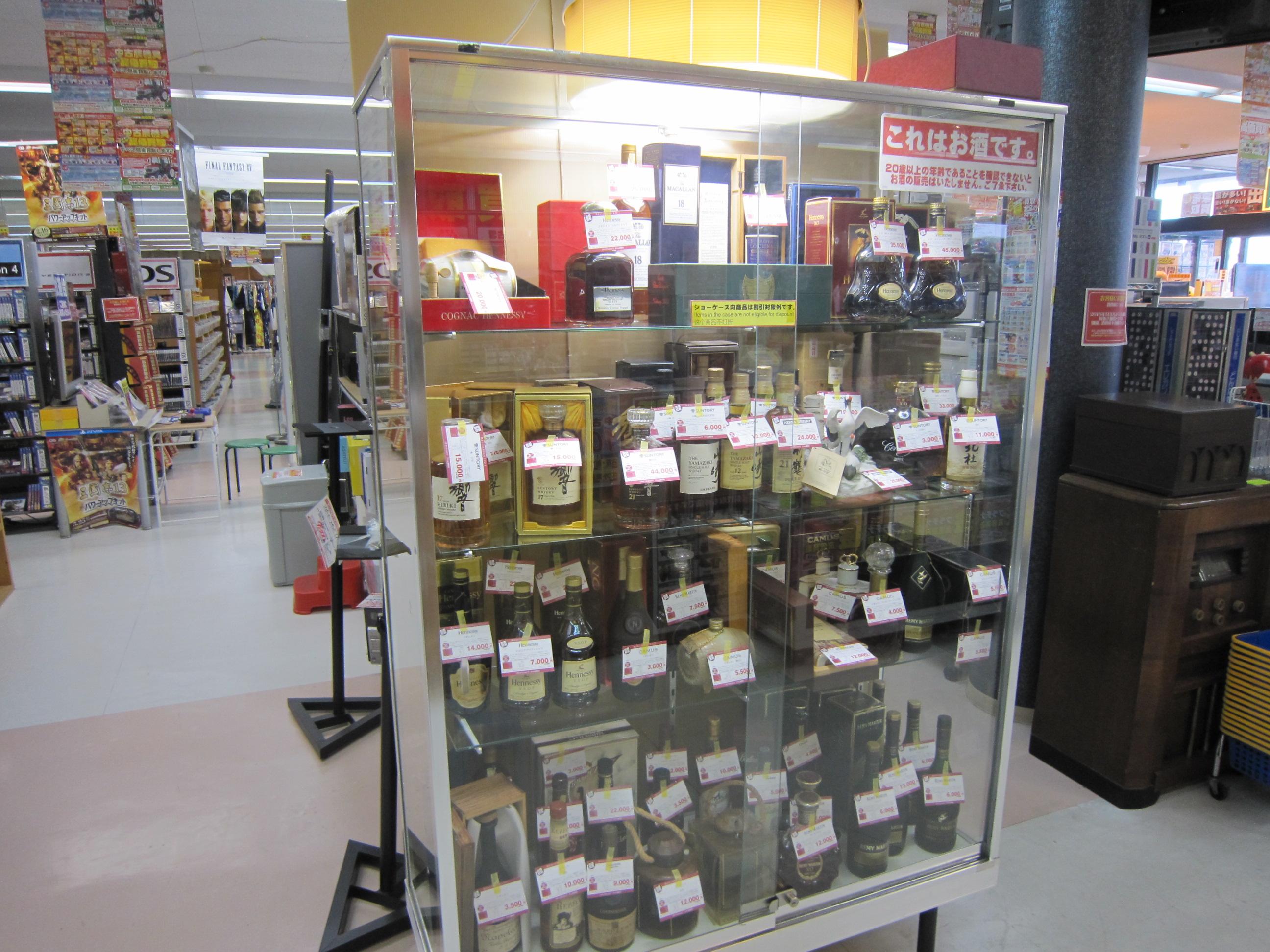 1b5a1bdf978d 高額な洋酒はショーケースにて展示販売しています。 販売許可取得店舗ですのでご安心してご購入できます。 (鳥酒e第126号)
