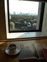 千代田區役所的食堂(10F)選在下午三點喝咖啡可以鬆一口氣!前方是北の丸公園清水門