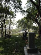 2008年3月5日外樹代婦人が見つめる八田與一の大きな背中、そして八田與一が見つめるのは…