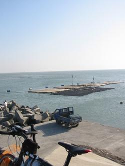 2008.3.2 PM16:00 前方は台湾海峡。牡蠣筏の遥か向こうには…
