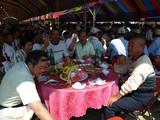 紅色桌巾を囲んだおじさん達