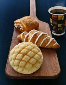 三種類のパンとコーヒー