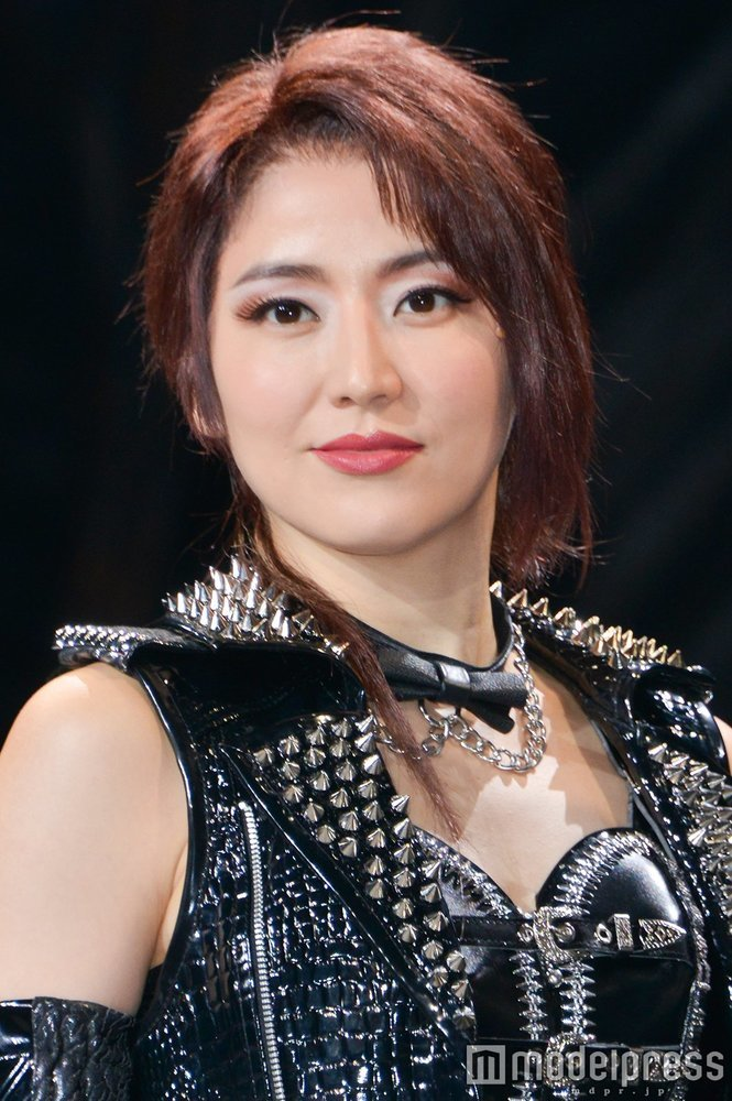 【朗報】長澤まさみさんが美しいメタル風の衣装に身を包んで登場するwwww