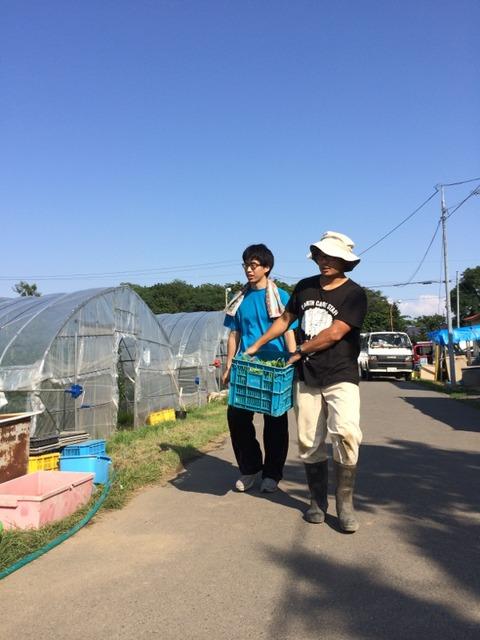 受入農家と農道を歩く