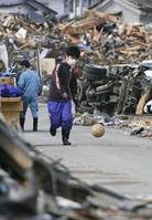 瓦礫の中のサッカー少年