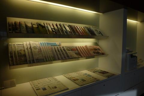 成田空港第2ターミナル、カンタス航空・ビジネスクラスラウンジの雑誌・新聞コーナー