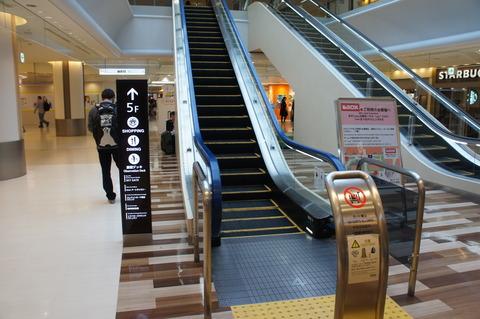成田空港第1ターミナルの中央ビル5階へ向かうエスカレーター