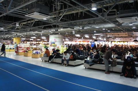 混雑している成田空港第3ターミナル休憩スペース