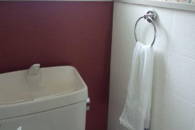 【無知】トイレ内に洗面所ないのにタオル掛けがあってタオル掛かってる家あるけど…もしかしてトイレタンクへ流れる水で手を洗ってるってこと!?