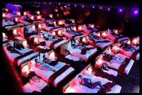 流行りのデズニー映画を見に行く事になったんだが彼が眠そう→私「やめとく?映画中寝たら起こすよ?」彼「大丈夫」→案の定寝たから起こしてたら映画に集中できなかった!