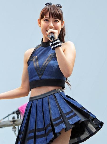 【エンタメ画像】女優の瀧本美織さんがミニスカへそ出しで熱唱wwww