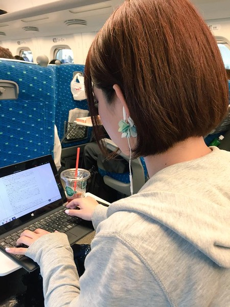 【エンタメ画像】【画像】AV女優・紗倉まなさん、新幹線の中でノートパソコンを開いて執筆活動 キャリアウーマンですわ