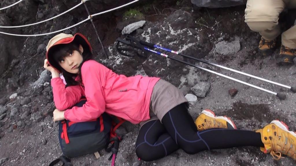 【エンタメ画像】嗣永ももち富士山の岩肌で大胆誘引ポーズ