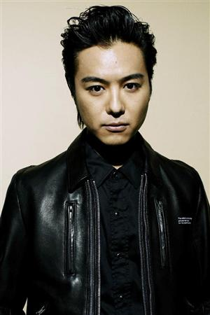 黒い衣装を着てオールバックのEXILEのTAKAHIROの画像