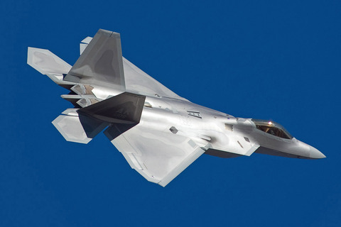 Lockheed_Martin_F-22_Raptor_in_flight,_starboard_side
