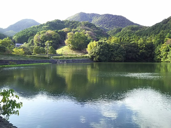 大池と二上山