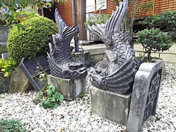 壺井寺 本堂前の鴟尾