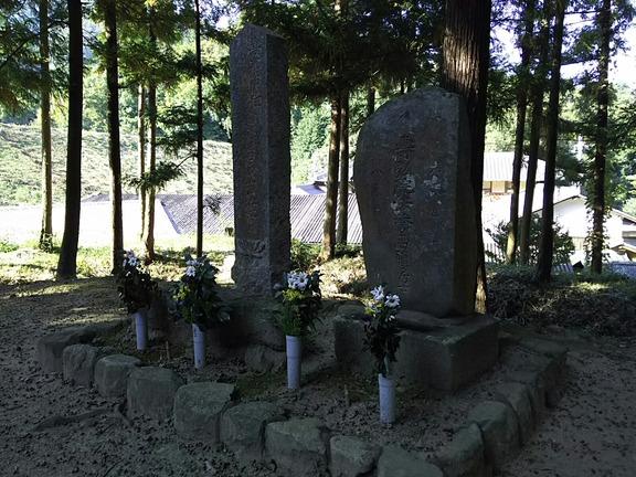 吉弘統家墓(右)と藤懸玄達墓