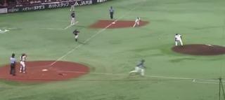 足に直撃したボールは3塁方向へ
