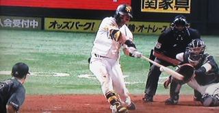 4回裏の中村晃は変化球をとらえました。