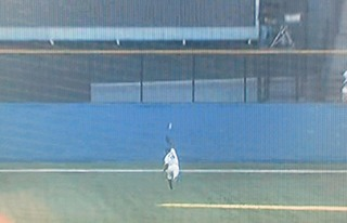 今宮の打球はセンターの頭上を抜けました